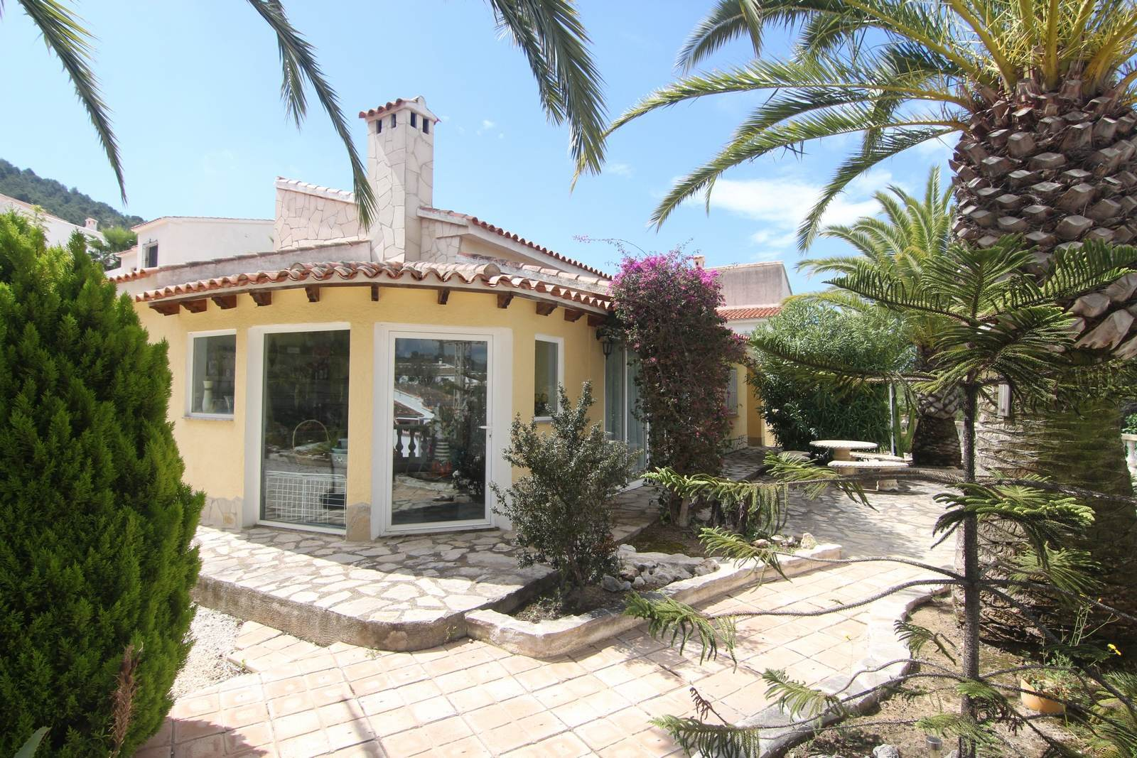 Villa op vlak perceel met gemeenschappelijk zwembad te koop.
