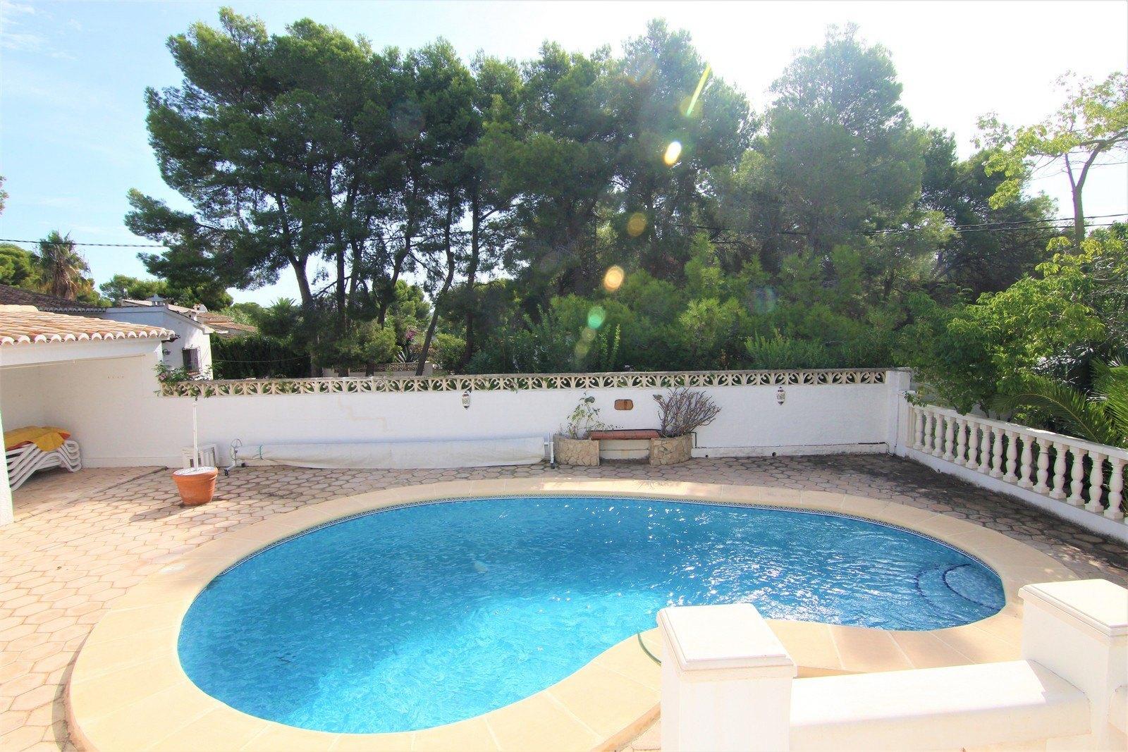 Villa met verwarmd zwembad en vlakke perceel in de buurt van het dorp.