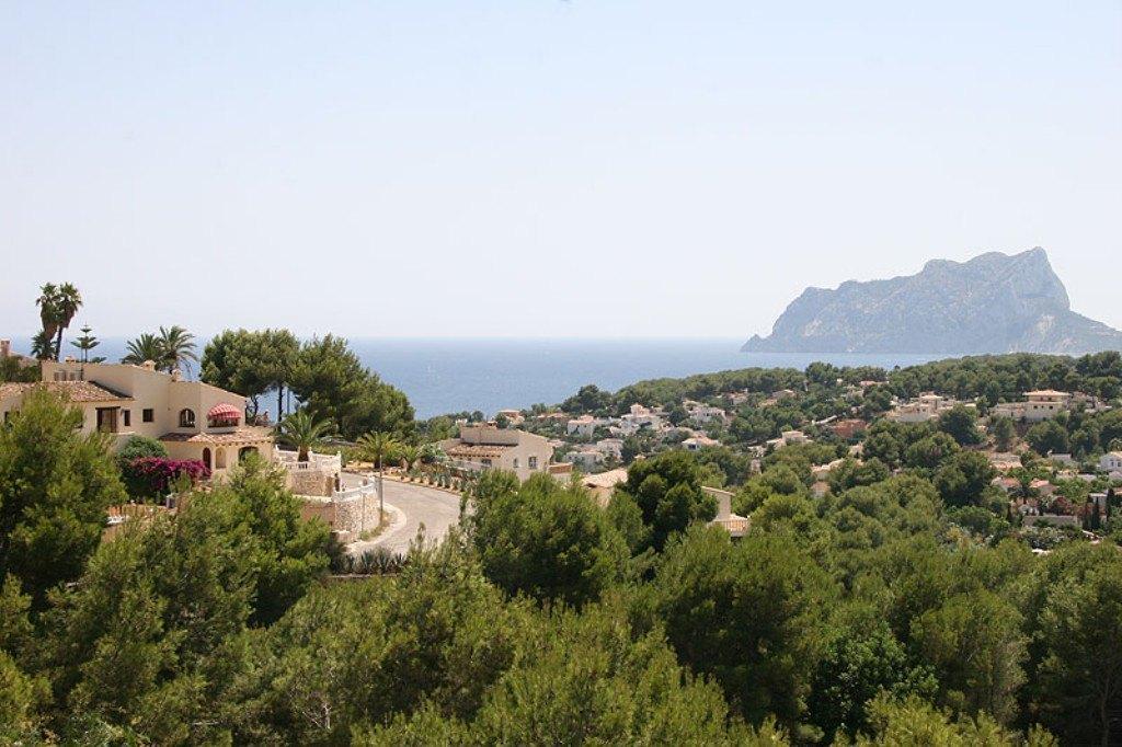 Ruime villa naast het St. James Golf Club met uitzicht op de zee .